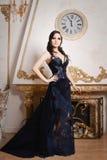 Frau im langen blauen Kleid der Spitzes tief Retro-, Weinleseart Lizenzfreie Stockfotos