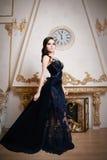 Frau im langen blauen Kleid der Spitzes tief Retro-, Weinleseart lizenzfreie stockbilder