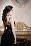 Frau im langen blauen Kleid der Spitzes tief Retro-, Weinleseart stockfotografie