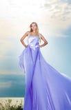 Frau im langen Kleid Stockfotos
