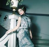 Frau im langen Kleid auf Weinlesetreppen Lizenzfreie Stockfotografie