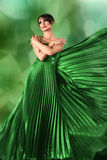 Frau im langen Kleid über Natur Lizenzfreies Stockbild