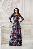 Frau im langen Maxi Kleid im Studio Lizenzfreie Stockfotografie