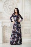 Frau im langen Maxi Kleid im Studio Stockbild