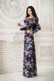 Frau im langen Maxi Kleid im Studio Stockbilder
