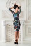 Frau im langen Maxi Kleid im styudio Stockfotografie