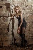 Frau im Leder mit Ketten und Fleisch Stockfoto