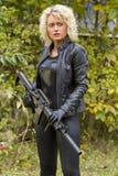 Frau im Leder mit Maschinengewehr Stockbilder