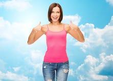 Frau im leeren rosa Trägershirt Finger zeigend Stockfoto