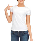 Frau im leeren weißen T-Shirt Stockbilder