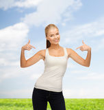 Frau im leeren weißen T-Shirt zeigend auf  Lizenzfreie Stockbilder