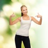 Frau im leeren weißen T-Shirt zeigend auf  Stockfoto