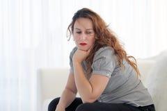 Frau im Leid stockbild