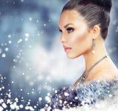 Frau im Luxuspelz-Mantel Stockbilder
