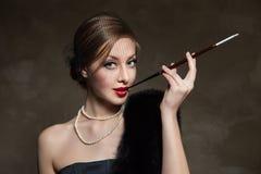 Frau im Luxuspelz Retro- Art Dunkler Hintergrund Stockbilder