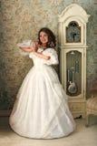 Frau im Luxusweinlesekleid, das im hellen Raum steht Stockfoto