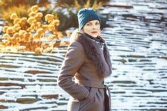 Frau im Mantel lizenzfreie stockbilder