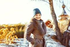 Frau im Mantel stockfoto