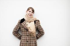 Frau im Mantel stockfotos