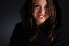 Frau im Mantel lizenzfreies stockfoto