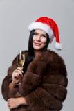 Frau im Mantel mit Champagner Lizenzfreie Stockfotografie