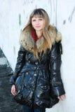 Frau im Mantel mit einem Pelz Stockbild