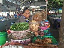 Frau im Markt Stockfoto