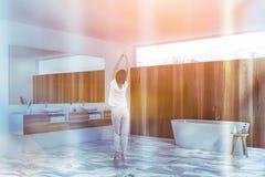 Frau im Marmorbodenbadezimmer lizenzfreies stockfoto