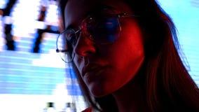 Frau im Medienraum umgeben durch die Werbung von Videos, Fernseheinflusskonzept stockfotografie