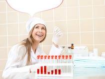 Frau im medizinischen Kleid mit Gefäß Lizenzfreies Stockfoto