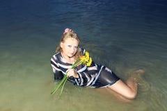 Frau im Meer Stockfotografie