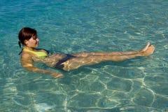 Frau im Meer stockbilder