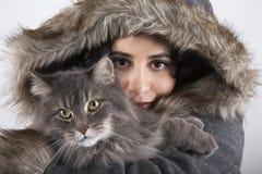 Frau im mit Kapuze Pelz-Mantel, der Katze hält Stockfotos