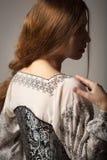 Frau im mittelalterlichen Korsett und Hemd siluette lizenzfreie stockbilder