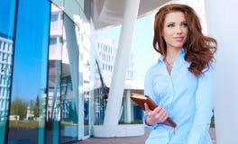 Frau im modernen Glasinnenraum Stockbilder