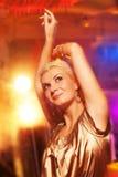 Frau im Nachtclub Stockbild