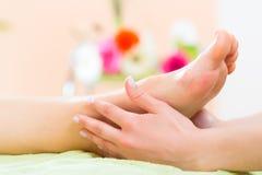 Frau im Nagelsalon, der Fußmassage empfängt Stockfotografie
