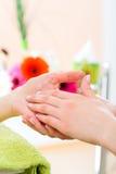 Frau im Nagelsalon, der Handmassage empfängt Stockfoto