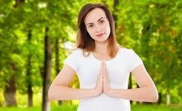 Frau im namaste werfen das Handeln von Yoga im Park, namaste Geste, helth Konzept auf lizenzfreie stockfotos
