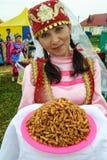 Frau im nationalen Kostüm in der Mitte der tatarischen Kultur Stockbild