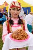 Frau im nationalen Kostüm in der Mitte der tatarischen Kultur Stockfotos