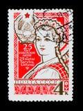 Frau im nationalen litauischen Kleid, gewidmete 25 Jahre des Litauens, circa 1965 Stockbild