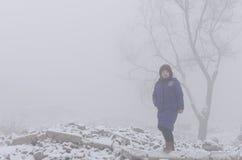 Frau im Nebel Lizenzfreie Stockfotografie
