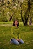 Frau im Obstgarten stockbilder