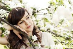 Frau im Obstgarten Stockbild
