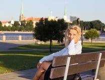 Frau im Park. Lizenzfreie Stockfotos