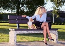 Frau im Park. Stockfotos