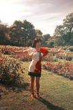 Frau im Park Stockbild
