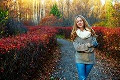 Frau im Park Stockfotos