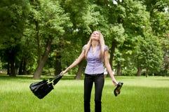 - Frau im Park frei glauben Stockfoto